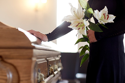 高価な祭壇、棺、骨壺